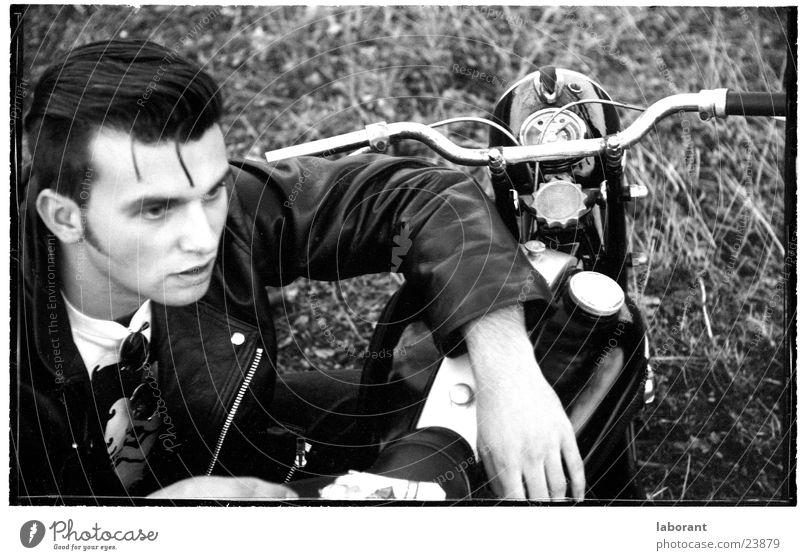 noch mehr junge helden Kleinmotorrad Körperhaltung Motorrad Fünfziger Jahre Lederjacke Mann Held Schwarzweißfoto