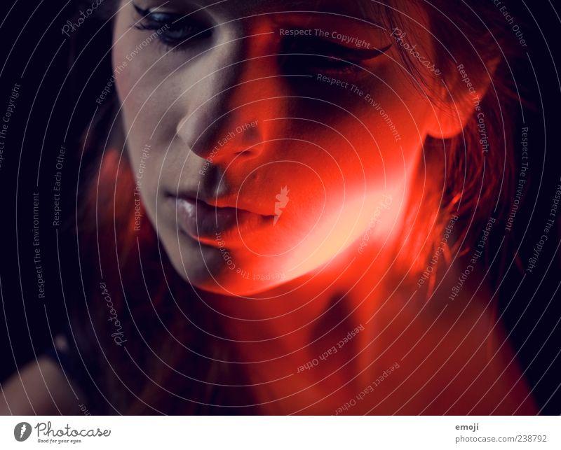 RED III feminin Junge Frau Jugendliche Gesicht 1 Mensch 18-30 Jahre Erwachsene Coolness dunkel schön einzigartig rot Studioaufnahme Lichterscheinung Farbfoto