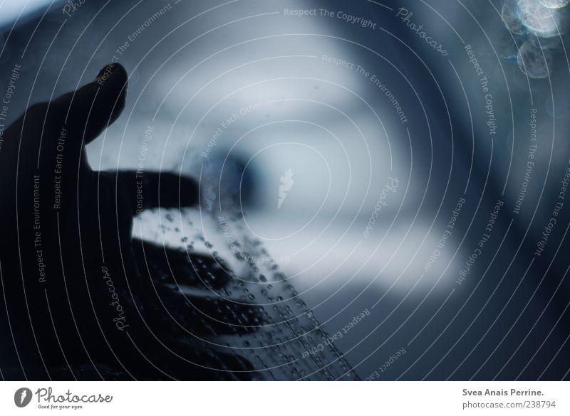 wenn die welt schläft. Mensch Wasser Hand dunkel kalt nass Finger Wassertropfen genießen Unter der Dusche (Aktivität) Wasserstrahl