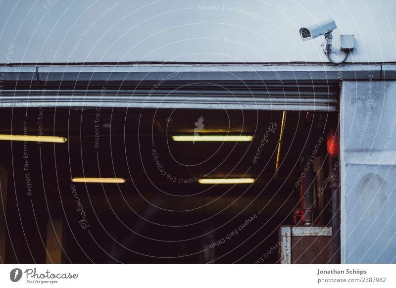 Überwachungskamera an Garage Stadt Industrieanlage Fabrik Gebäude Fassade Wachsamkeit Angst gefährlich Misstrauen Endzeitstimmung bedrohlich Ordnung