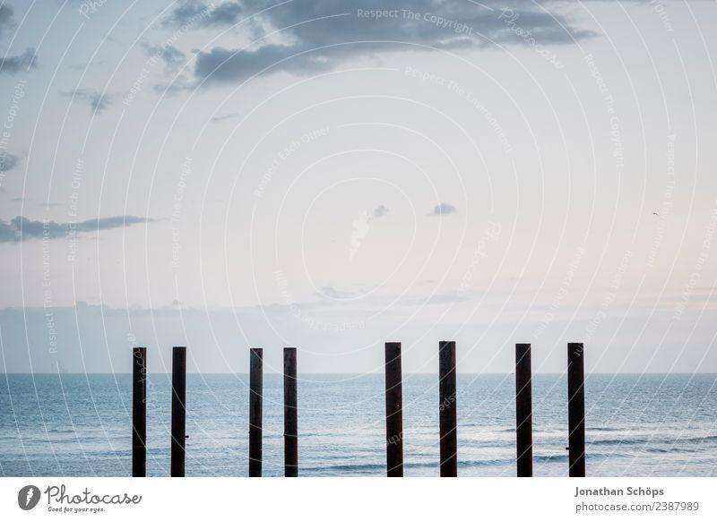 Pfähle am Strand in Brighton, England, Südküste Wasser Himmel Wellen Küste Sehenswürdigkeit Wahrzeichen Denkmal ästhetisch Holzpfahl Pfosten Meer minimalistisch