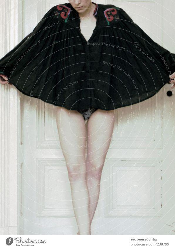 ...geflügelt... androgyn Frau Erwachsene Leben Haut Beine 1 Mensch Bekleidung Stoff Top Tunika stehen kalt schwarz weiß Menschlichkeit ruhig Schmerz Erschöpfung
