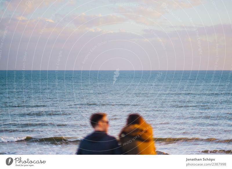 Pärchen sitzt am Meer Mensch Himmel Erholung Freude sprechen Liebe Gefühle Küste Glück Paar Zusammensein Freundschaft Zufriedenheit Horizont Wellen ästhetisch