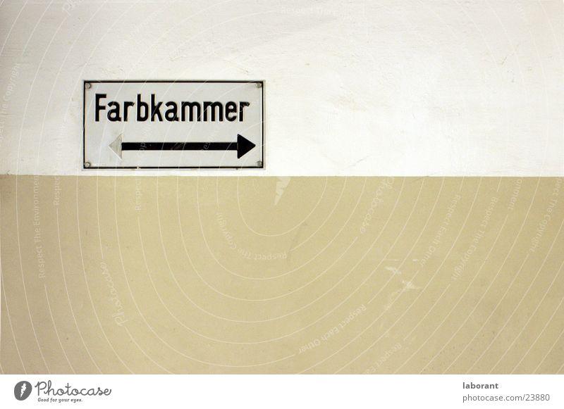 farbkammer Wand Fototechnik Schilder & Markierungen schmuddelfarben Pfeil Industriefotografie Architektur