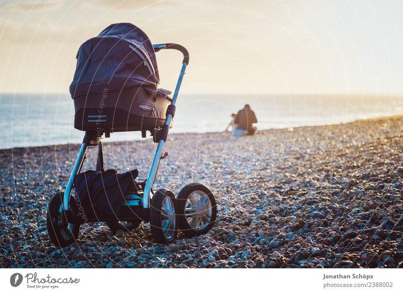 Kinderwagen an einem Steinstrand Landschaft Meer Erholung Strand Reisefotografie Küste Familie & Verwandtschaft Glück außergewöhnlich Ausflug ästhetisch Zukunft