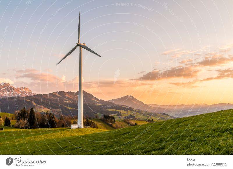 Windenergie Windanlage in den Bergen Windkraftanlage umweltfreundlich Energie Energiewirtschaft Umwelt Umweltschaden Umweltverschmutzung Umweltschutz Wolken