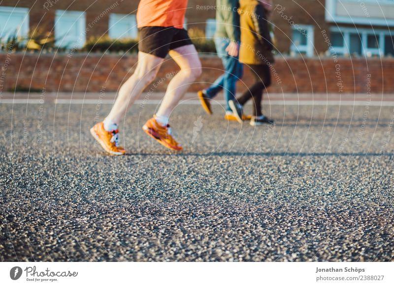 Jogger in Abendsonne Mensch Mann Gesundheit Straße Lifestyle Erwachsene Wege & Pfade Sport Fuß orange Freizeit & Hobby maskulin Körper Kraft Erfolg laufen