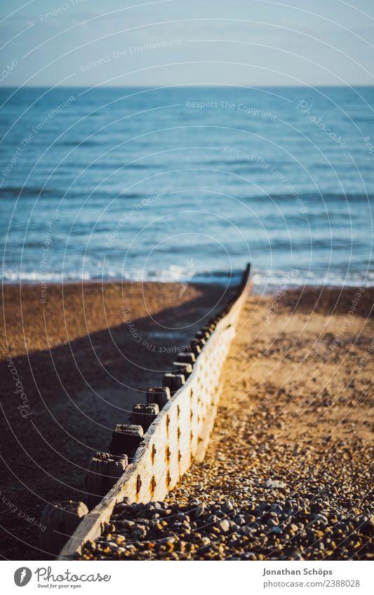 Trennmauer am Strand, Brighton, England Himmel Wasser Sonne Meer Umwelt Küste Mauer Aussicht ästhetisch Insel Schönes Wetter Schneebedeckte Gipfel Grenze