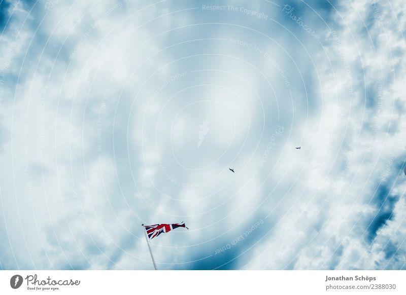 Flagge Großbritannien vor Wolkenhimmel Himmel blau rot Regen Europa ästhetisch Zeichen Fahne Konflikt & Streit Blauer Himmel England wehen Stolz Fahnenmast