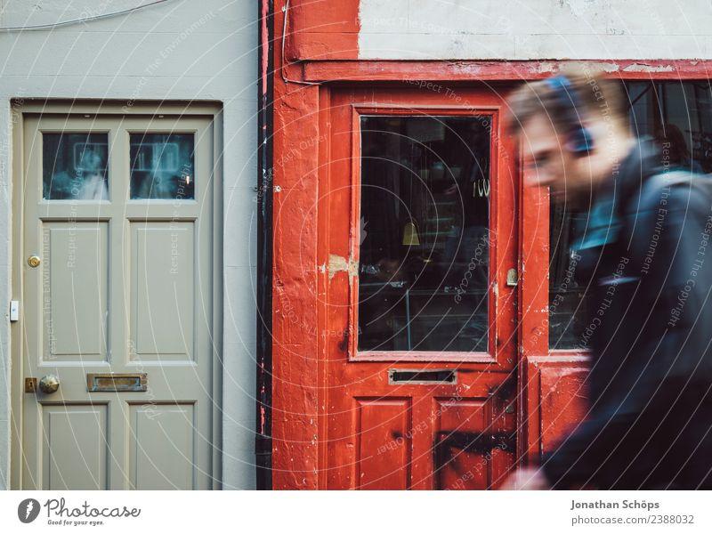 Mann läuft vor roter Holzfassade entlang, Laden, Brighton, England Außenaufnahme Farbfoto Stadt ästhetisch Haus Englisch Fassade Architektur Gebäude Fenster