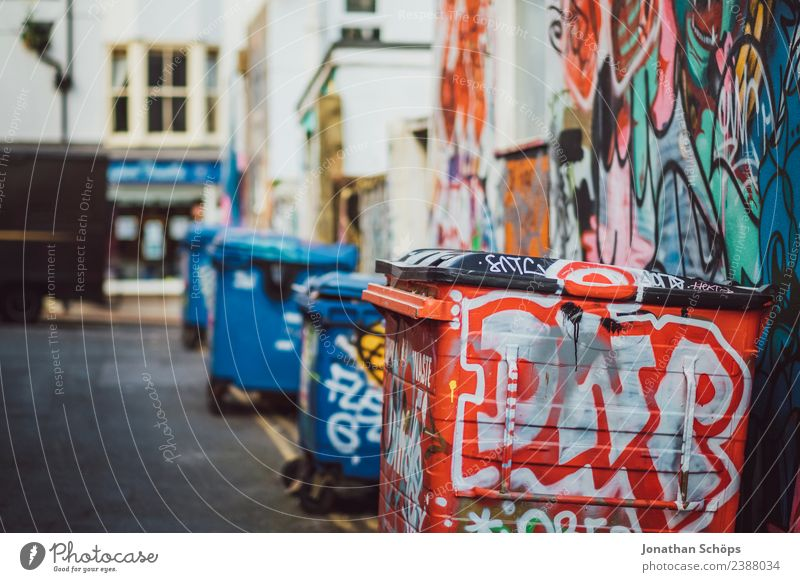 Müllcontainer im Hinterhof in Brighton, England Stadt Haus Straße Architektur Graffiti Gebäude Kunst Fassade Kultur ästhetisch Bauwerk Stadtzentrum Gasse