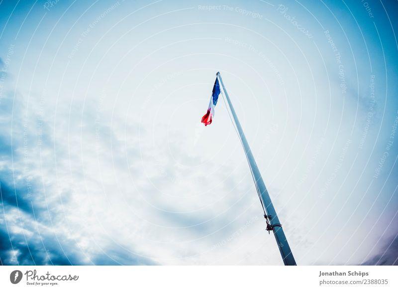 wehende Flagge von Frankreich vor blauem Himmel Wind Fahne Mast Fahnenmast Patriotismus Nationalitäten u. Ethnien Lokalpatriotismus Vignettierung aufwärts