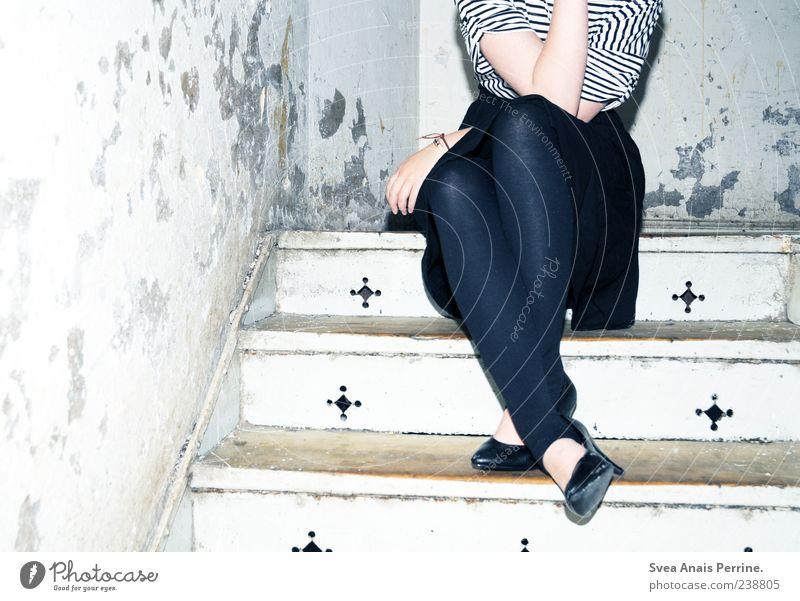 wärme wäre gut. feminin Junge Frau Jugendliche Erwachsene 1 Mensch T-Shirt Rock Strumpfhose sitzen trendy einzigartig dünn Treppe gestreift dreckig trashig