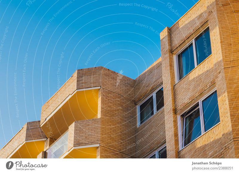 Über den Dächern IV Himmel blau Stadt Haus Fenster Architektur Wärme gelb Gebäude Fassade Aussicht Europa einfach Wolkenloser Himmel Balkon Backstein