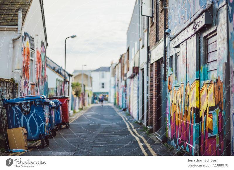 Gasse mit Graffiti in Brighton, England Stadt Haus Straße Architektur Gebäude Kunst Fassade Kultur ästhetisch Bauwerk Stadtzentrum Müll Stadtrand Hinterhof