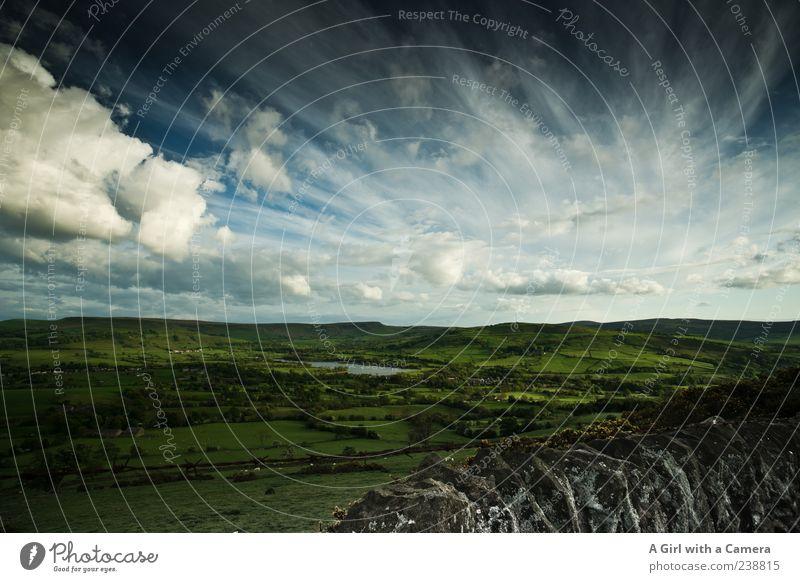 Wie im Auenland Umwelt Natur Landschaft Himmel Wolken Frühling Sommer Feld Hügel See außergewöhnlich frisch blau grün Idylle England Derbyshire wild