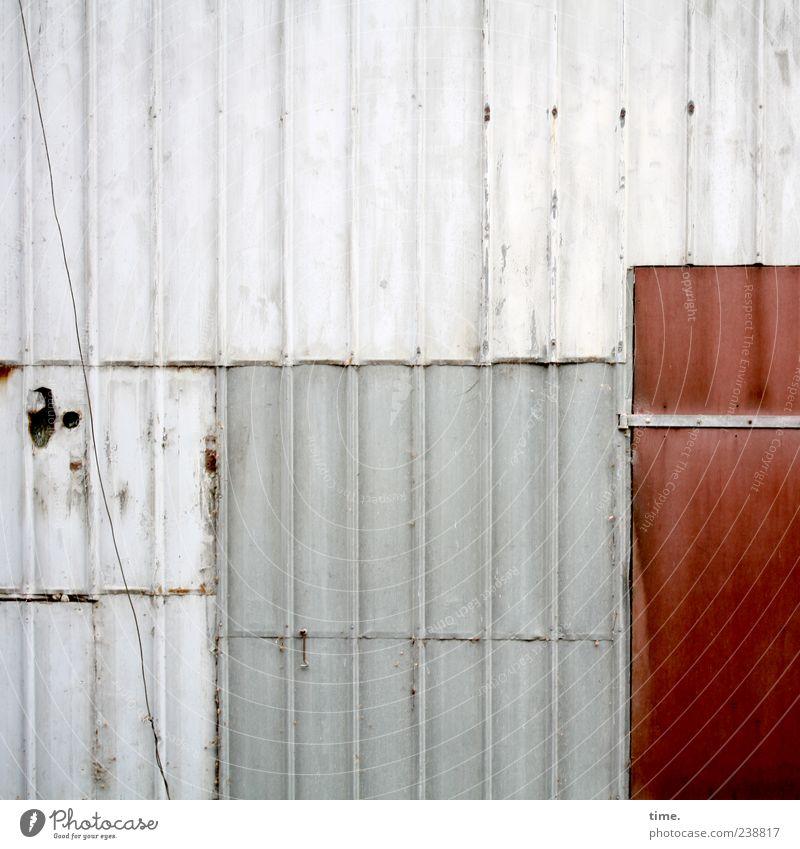 Stallwand mit Kabel und roter Tür alt rot Farbe Wand Tür ästhetisch Kabel Kunststoff parallel vertikal Blech Rechteck verrotten Scharnier Wellblech Wellblechwand