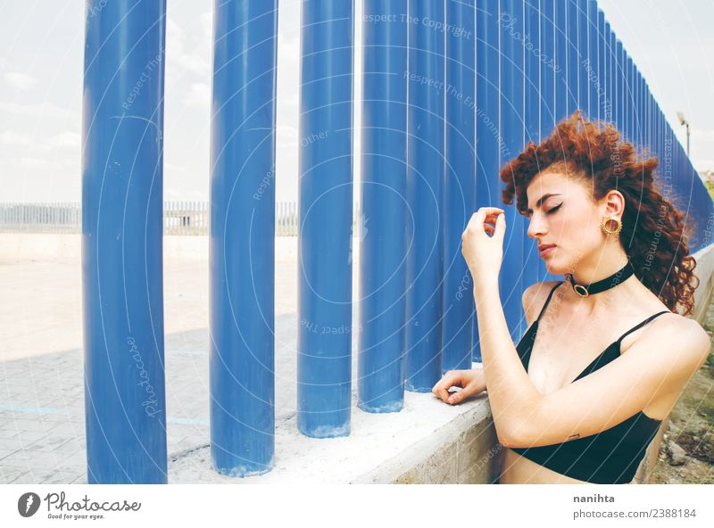 Junge rothaarige Frau an einer blauen Wand Lifestyle Stil schön Haare & Frisuren Haut Gesicht Mensch feminin Junge Frau Jugendliche 1 18-30 Jahre Erwachsene