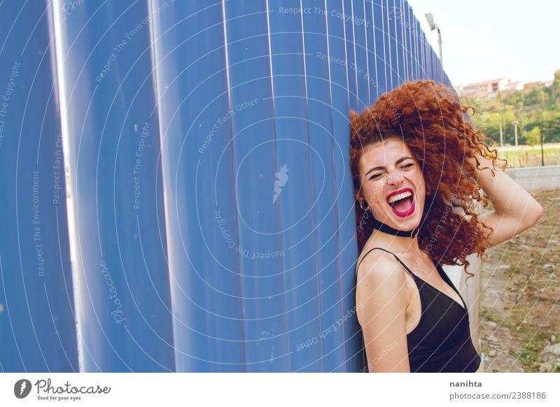 Fröhliche rothaarige Frau gegen blaue Wand Lifestyle Stil Freude Haare & Frisuren Mensch feminin Junge Frau Jugendliche 1 18-30 Jahre Erwachsene Sommer