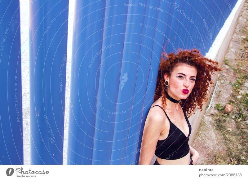 junge rothaarige Frau gewinnt blaue Wand und schickt einen Kuss. Lifestyle Stil Design Freude schön Haare & Frisuren Mensch feminin Junge Frau Jugendliche 1