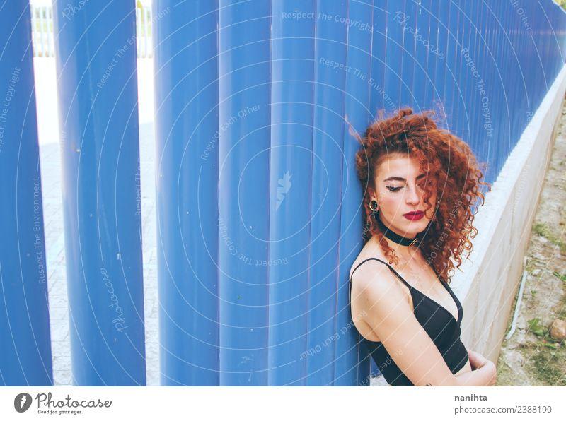 Junge rothaarige Frau an einer blauen Wand Lifestyle Stil Design schön Haare & Frisuren Mensch feminin Junge Frau Jugendliche 1 18-30 Jahre Erwachsene Sommer