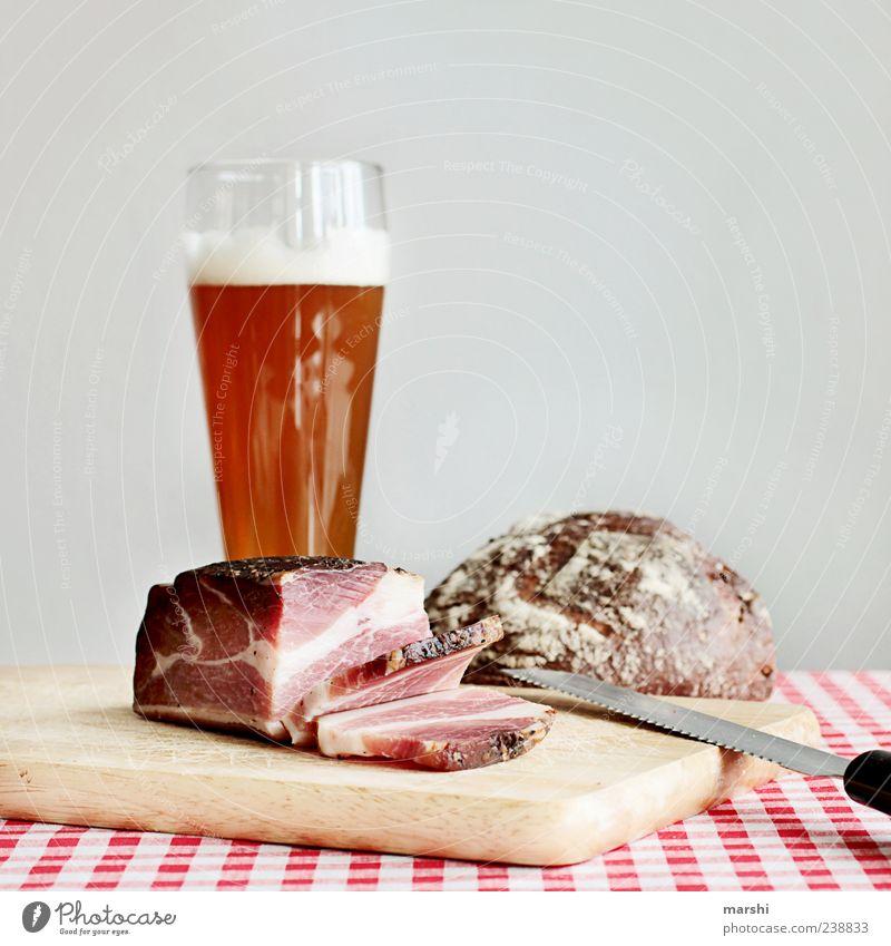 deftige Brotzeit braun Ernährung Lebensmittel Getränk trinken Bier Holzbrett Abendessen Alkohol Fett Fleisch Messer Wurstwaren Vesper rustikal