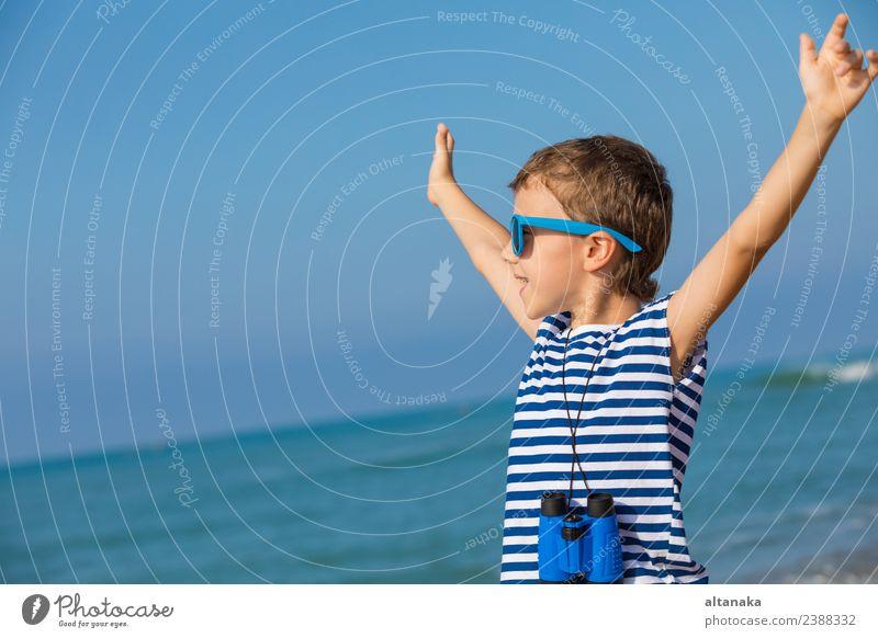 Ein glücklicher kleiner Junge, der am Strand spielt. Lifestyle Freude Glück schön Erholung Freizeit & Hobby Spielen Ferien & Urlaub & Reisen Ausflug Abenteuer