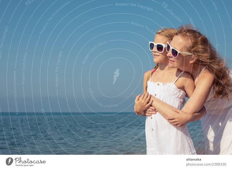 Frau Kind Mensch Ferien & Urlaub & Reisen Sommer Meer Erholung Freude Strand Erwachsene Lifestyle Leben Liebe Familie & Verwandtschaft klein Glück