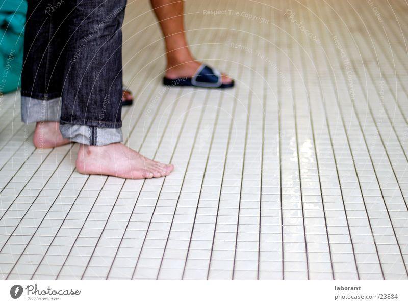 hallenbad-füsse Fuß Beine Jeanshose Schwimmbad Fliesen u. Kacheln Zehen