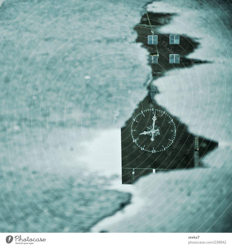 halb zehn in Norwegen grün grau Gebäude Regen Uhr nass trist Turm Asphalt Wahrzeichen Sehenswürdigkeit Pfütze Rathaus Spiegelbild Skandinavien