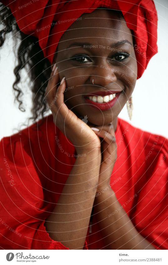 Apolline feminin Frau Erwachsene 1 Mensch Kleid Piercing Kopftuch Haare & Frisuren schwarzhaarig langhaarig Locken festhalten Lächeln lachen Blick