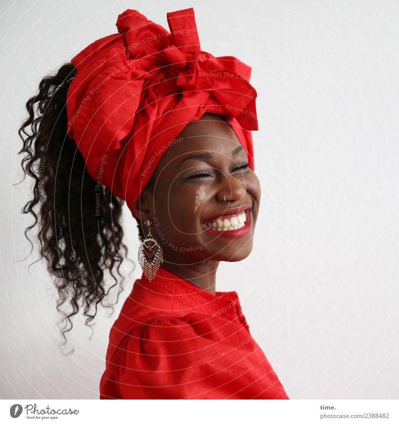 Apolline feminin Frau Erwachsene 1 Mensch Kleid Ohrringe Kopftuch Haare & Frisuren schwarzhaarig langhaarig Locken lachen Freundlichkeit Fröhlichkeit Glück