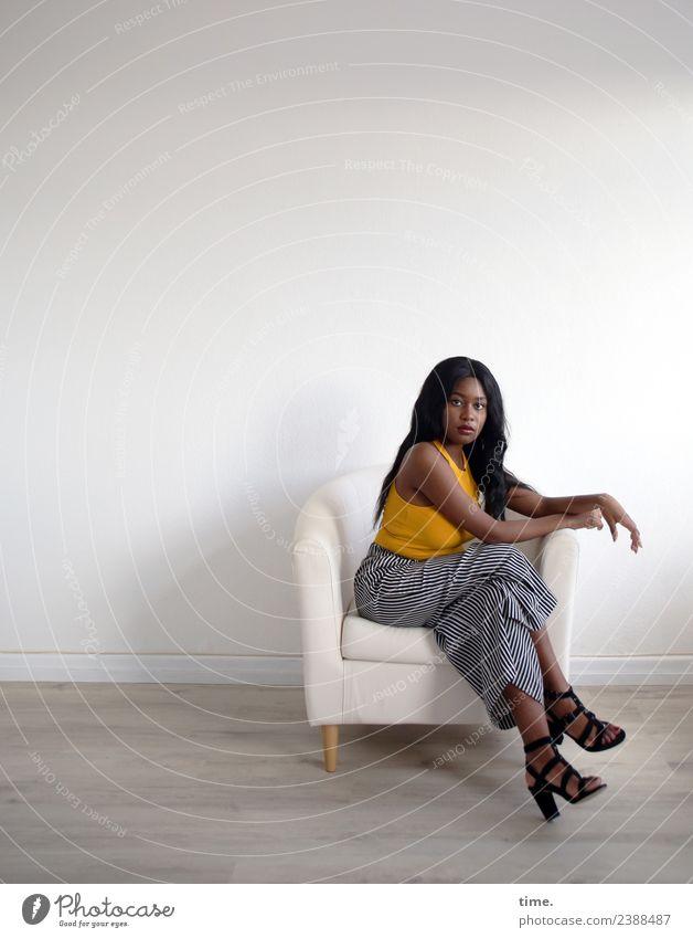Arabella Sessel Raum feminin Frau Erwachsene 1 Mensch T-Shirt Hose Damenschuhe schwarzhaarig langhaarig beobachten Erholung Blick sitzen warten schön