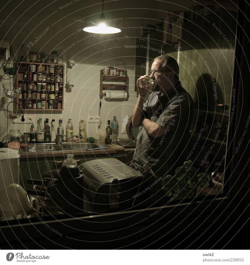 Wein predigen, Wasser trinken Mensch Mann ruhig dunkel Erwachsene maskulin Wohnung nachdenklich Häusliches Leben stehen 45-60 Jahre einzeln genießen Pause Küche