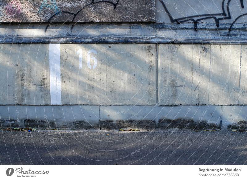 16 Mauer Wand Ziffern & Zahlen Schilder & Markierungen Graffiti Parkplatz Parkplatznummer Schatten Farbfoto Außenaufnahme Menschenleer Textfreiraum rechts