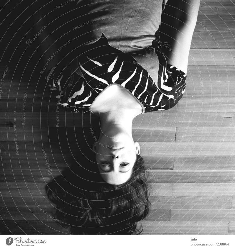 und meine welt steht kopf Mensch Frau Erwachsene feminin Kopf Haare & Frisuren außergewöhnlich liegen langhaarig 30-45 Jahre verkehrt Schwarzweißfoto Schatten