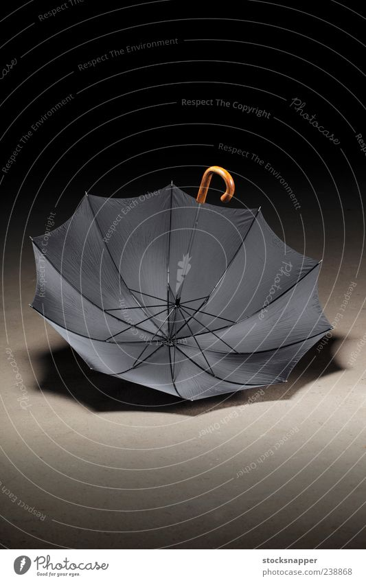 Alter Regenschirm altmodisch altehrwürdig offen aufgeklappt Menschenleer Haken Handgriff Etage auf den Kopf gestellt Schirm schwarz Objektfotografie