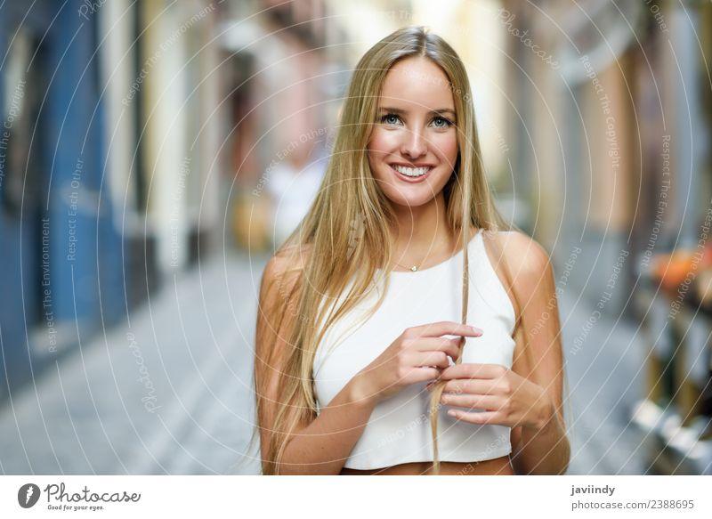 Lächelnde junge Frau im urbanen Hintergrund. Lifestyle elegant Stil Glück schön Haare & Frisuren Sommer Mensch feminin Erwachsene Jugendliche 1 18-30 Jahre