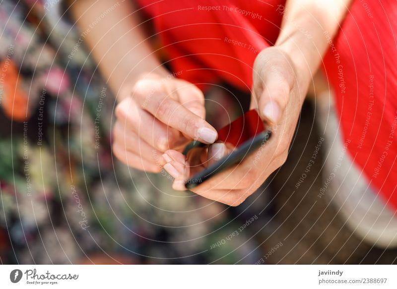 Frau Hände berühren Touchscreen eines Smartphones im Freien Lifestyle kaufen Telefon PDA Bildschirm Technik & Technologie Internet Mensch Erwachsene Hand Finger