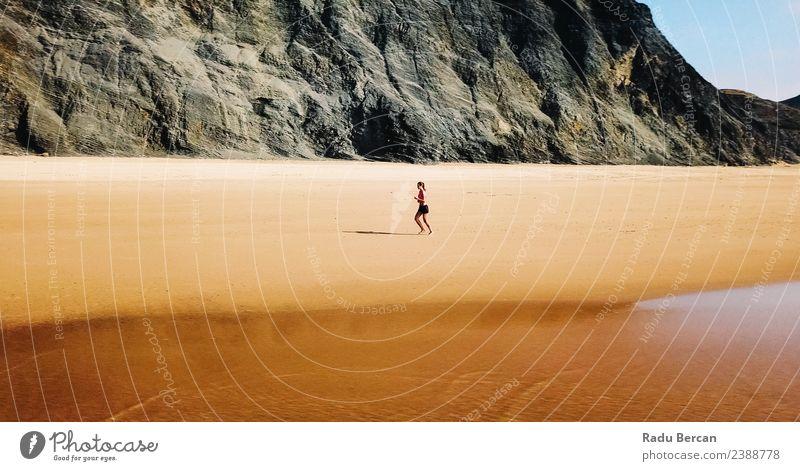 Luftaufnahme der sportlichen Frau, die am Strand läuft. Abenteuer Freiheit Sommer Meer Insel Sport Leichtathletik Sportler Joggen Mensch Junge Frau Jugendliche