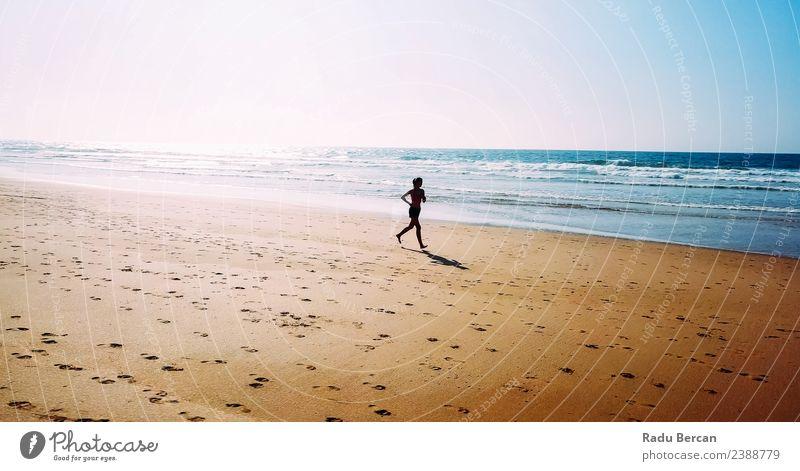 Luftaufnahme der sportlichen Frau, die am Strand läuft. Gesundheit Fitness Leben Abenteuer Sommer Sonne Meer Sport Sport-Training Leichtathletik Joggen Mensch