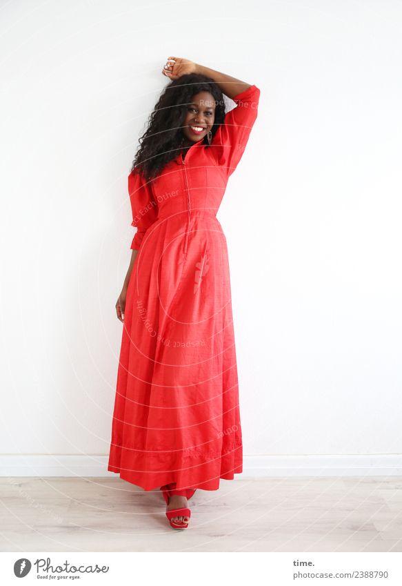 Apolline Frau Mensch schön rot Erholung Freude Erwachsene Leben feminin lachen Zeit Zufriedenheit Raum ästhetisch stehen Fröhlichkeit