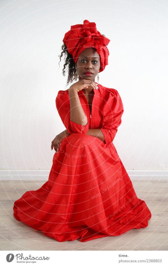 Apolline Raum feminin Frau Erwachsene 1 Mensch Kleid Kopftuch brünett langhaarig Locken beobachten festhalten Blick sitzen außergewöhnlich elegant schön