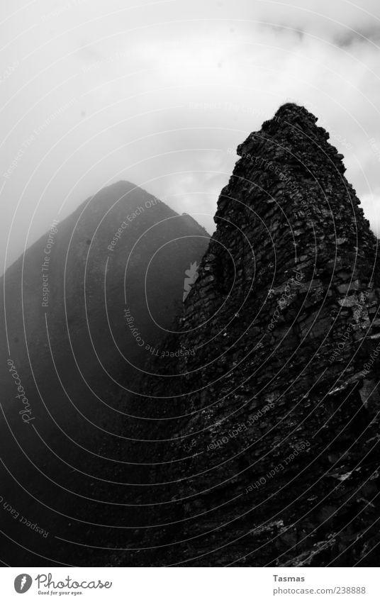 Die Hügelungen alt dunkel kalt Stein Wetter Felsen Klima Nebel außergewöhnlich bedrohlich Alpen Gipfel Dunst unheimlich schlechtes Wetter