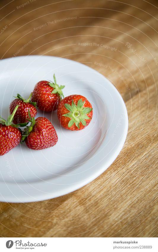 frisch gepflückt rot Leben Gesundheit Frucht Lebensmittel frisch Ernährung genießen Frühstück Wohlgefühl Teller Bioprodukte Erdbeeren Dessert Vegetarische Ernährung Maserung