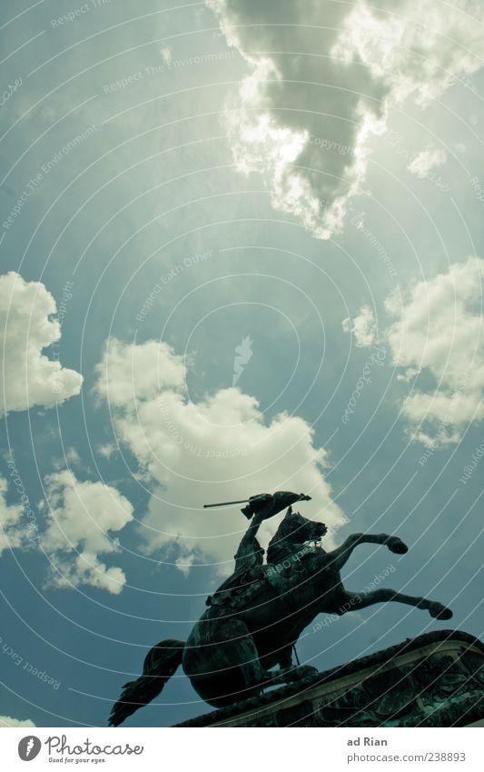 Himmelsstürmer Wolken Pferd Schönes Wetter Denkmal Statue Wahrzeichen Sehenswürdigkeit Aggression Blauer Himmel Wien rebellisch Europa Reiter