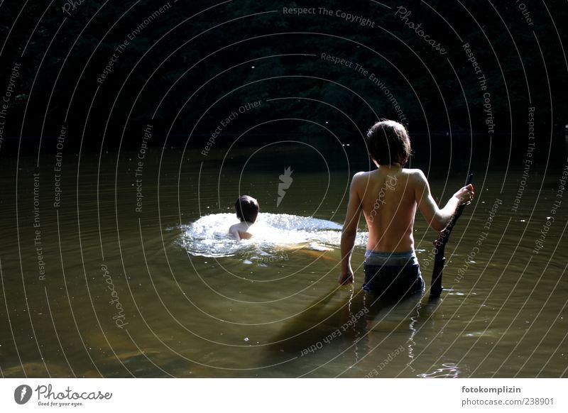 zwei Kinder baden in dunkelgrünem Wasser Abenteuer schwimmen Freiheit Naturerlebnis Sommer Junge Schwimmen & Baden Lebensfreude frei Zusammensein Freundschaft