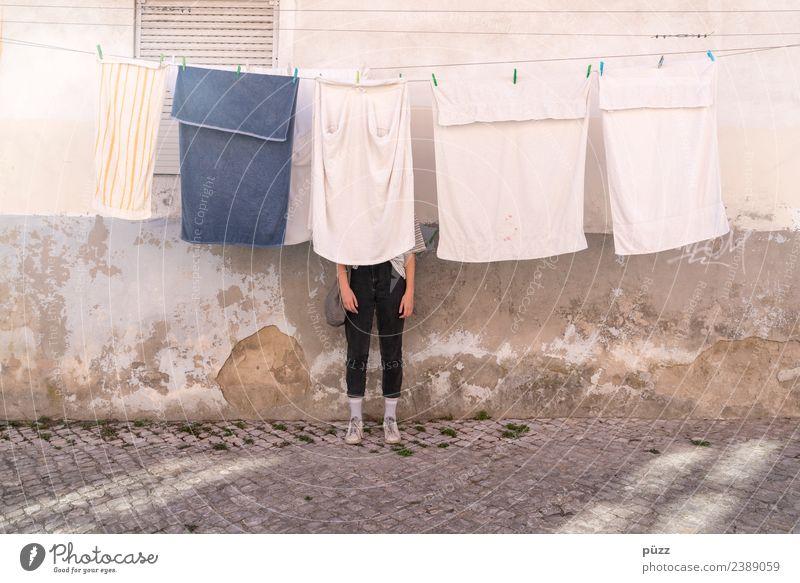 Frisch gewaschen Lifestyle Häusliches Leben Haus Mensch feminin Junge Frau Jugendliche Erwachsene 1 18-30 Jahre Sommer Dorf Gebäude Mauer Wand Fassade Mode