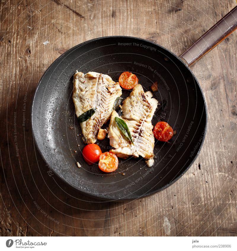 es ist freitag... Ernährung Lebensmittel Fisch Gemüse Mahlzeit Appetit & Hunger lecker Mittagessen Tomate Maserung Braten Holzplatte Pfanne