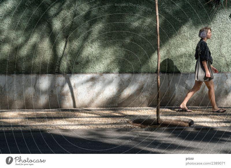 Walking Frau Mensch Ferien & Urlaub & Reisen Jugendliche Junge Frau Sommer Stadt grün Sonne 18-30 Jahre Straße Erwachsene Lifestyle Wand Wege & Pfade feminin